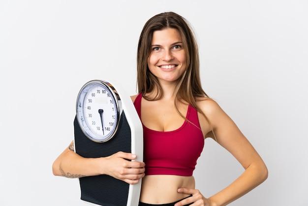 Молодая словацкая женщина, изолированная на белом с весами