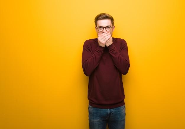 Молодой умный человек удивлен и шокирован