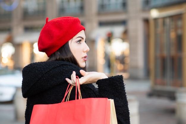 クリスマス前に買い物をする若い笑顔の美しい女性