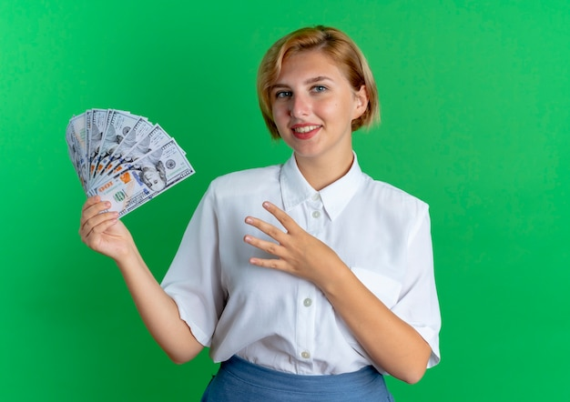 젊은 웃는 금발 러시아 여자는 손가락으로 돈과 제스처 4를 보유하고