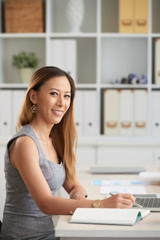 オフィスで若い笑顔の実業家