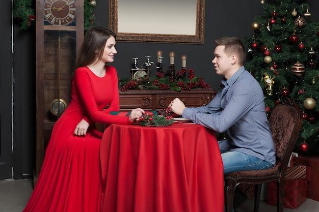 Молодая пара улыбается в роскошном ресторане.