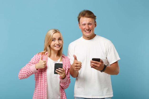 젊은 미소 커플 친구 남자와 여자 흰색 분홍색 티셔츠 포즈