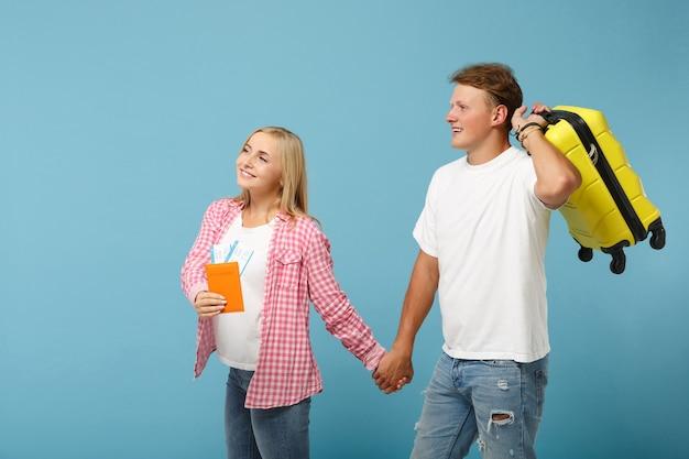 젊은 미소 커플 두 친구 남자와 여자 흰색 분홍색 티셔츠 포즈
