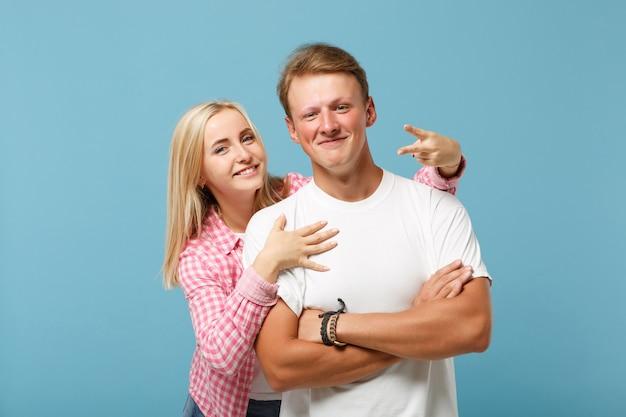白いピンクの空の空白のデザインのtシャツのポーズで若い笑顔のカップル2人の友人の男の女の子
