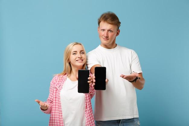 白いピンクのtシャツのポーズで若い笑顔のカップル2人の友人の男性と女性