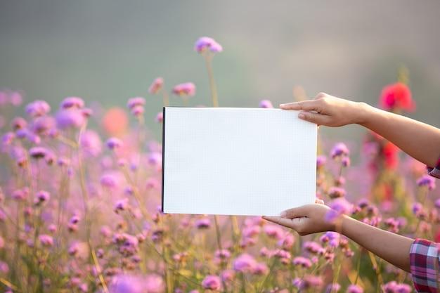 Il giovane contadino sorridente stava in piedi su una carta bianca vuota.