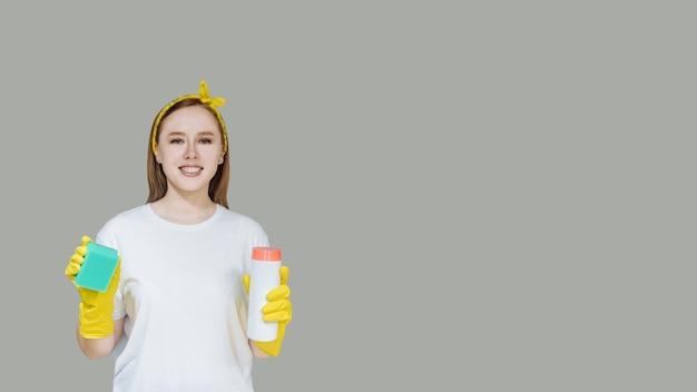 家庭用クリーニング製品と若い笑顔の女の子のメイド