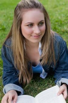 若い、笑顔、女の子、横に、見る、見る、草のみ