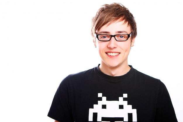 Giovane ragazzo sorridente con gli occhiali