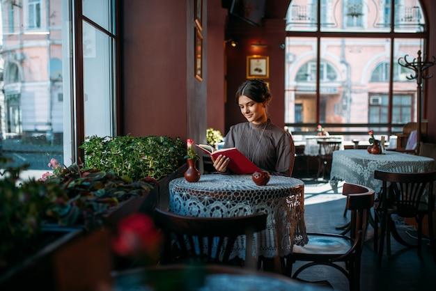 カフェで若い笑顔幸せな女