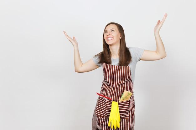 줄무늬 앞치마를 입은 젊은 웃는 주부, 청소용 걸레, 스퀴지, 주머니에 노란색 장갑
