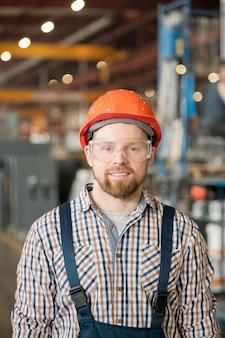 工場や産業プラントの若い笑顔の男性エンジニア