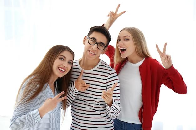 白い背景の上の若い笑顔の人々