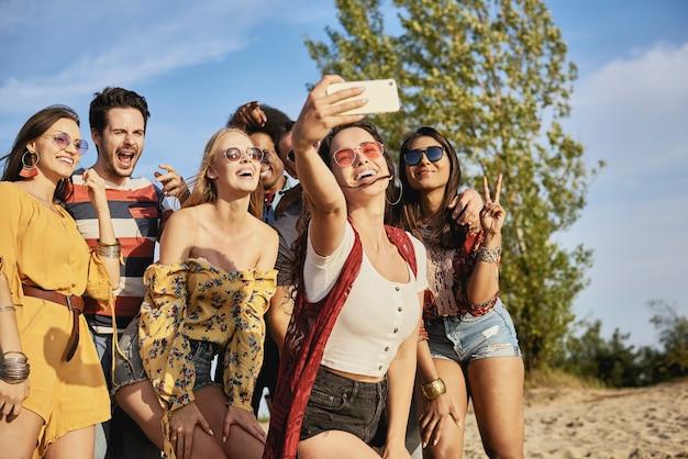 셀카를 찍는 젊은 웃는 사람들