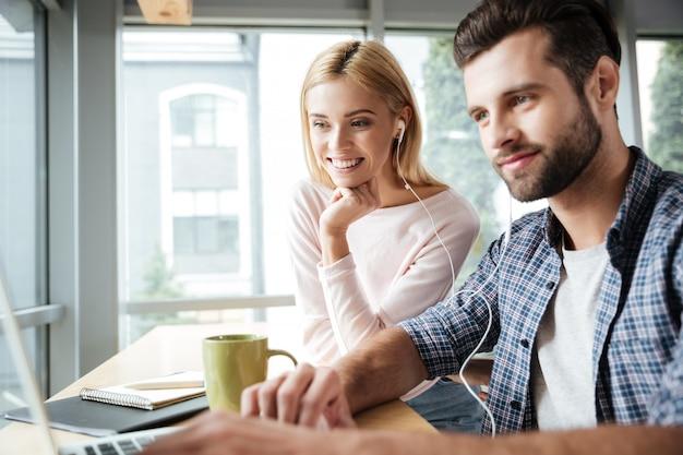 Молодые, улыбаясь двух коллег в офисе коворкинг