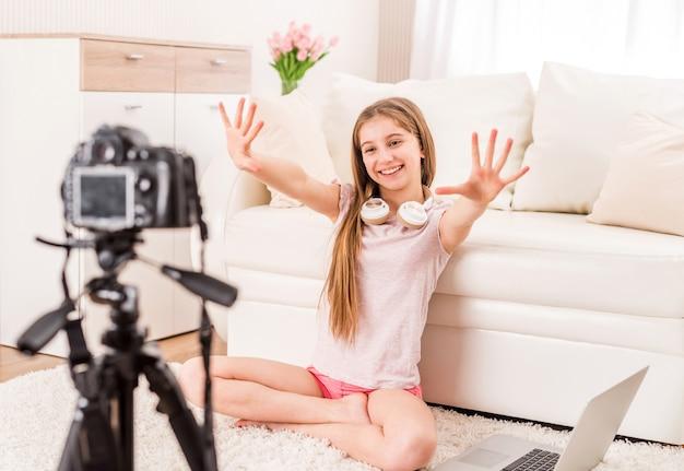Молодая улыбающаяся девушка-видеоблогер