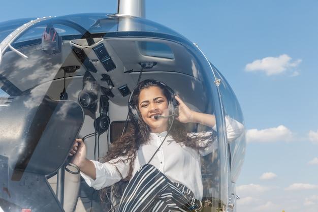 Молодой усмехаясь пилот вертолета женщины