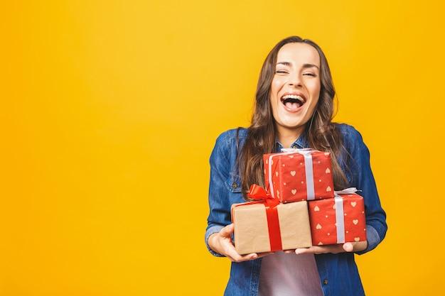若い笑顔の女性は、分離されたギフトボックスを保持します
