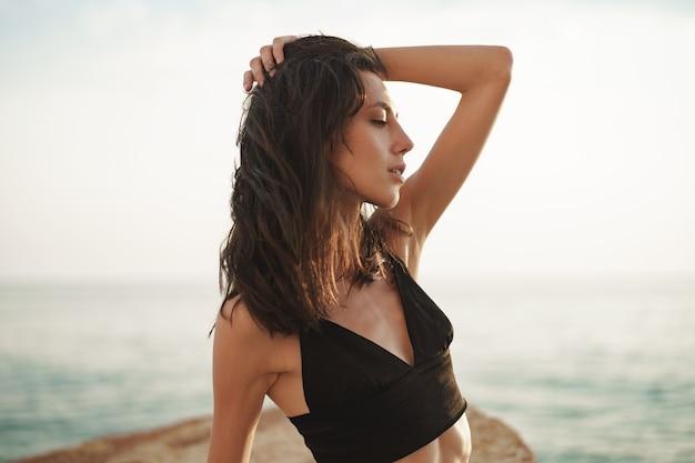 Портрет молодой улыбающейся женщины на открытом воздухе на пляже