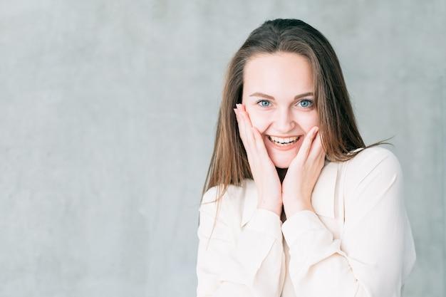 젊은 웃는 여자 초상화. 성공적인 면접. 경력 시작