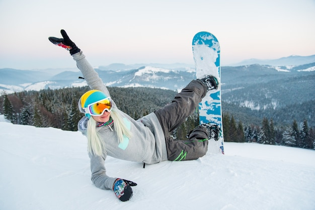 Молодой сноубордист, наслаждаясь
