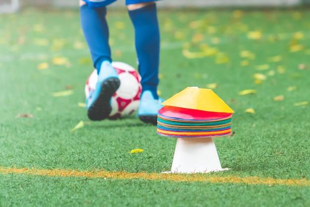 Тренировка молодого футболиста на футбольном поле