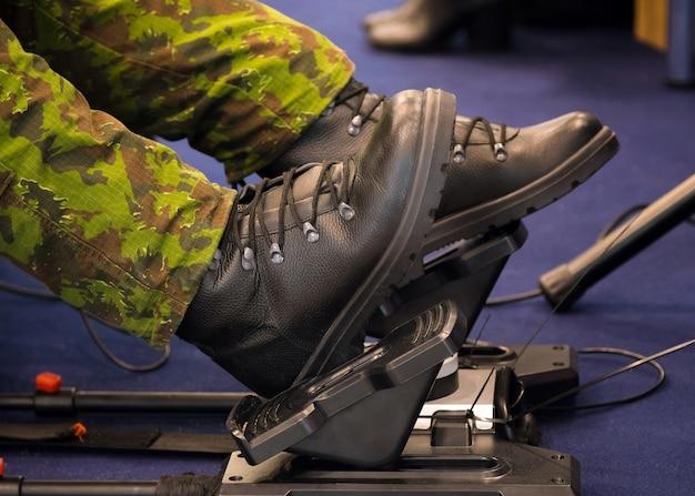 Обучение юного военнослужащего на тренажере вождения в кадетском корпусе.
