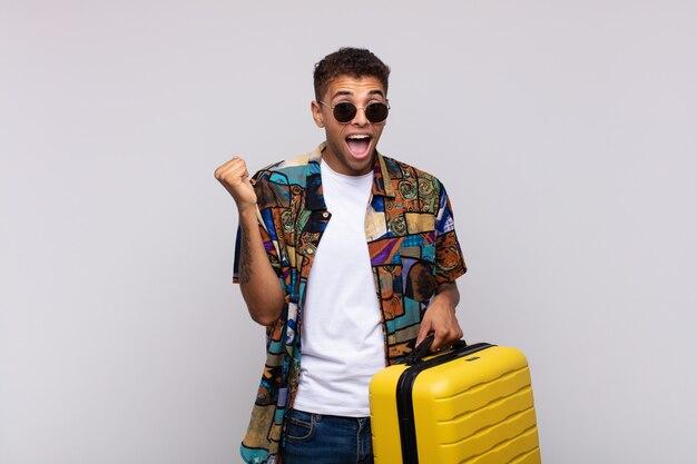 ショックを受け、興奮し、幸せを感じ、笑い、成功を祝う南アメリカの若い男