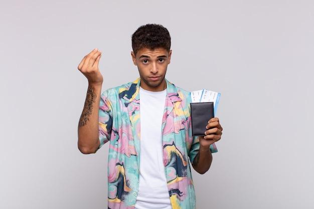 南アメリカの若い男が、借金を返すように言い、頭金やお金のジェスチャーをしている!