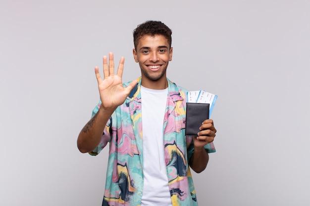 젊은 남미 남자 미소하고 친절하게보고, 앞으로 손으로 5 번 또는 5 번을 보여주는, 카운트 다운