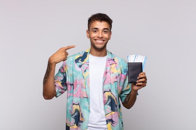 自信を持って笑顔の若い南米の男性は、自分の広い笑顔、前向きで、リラックスした、満足のいく態度を指しています