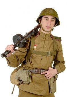 Молодой советский солдат с автоматом