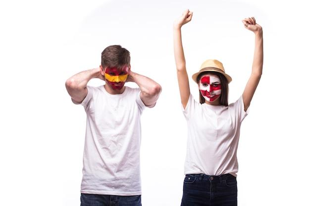 Giovane tifoso spagnolo e croato isolato sul muro bianco