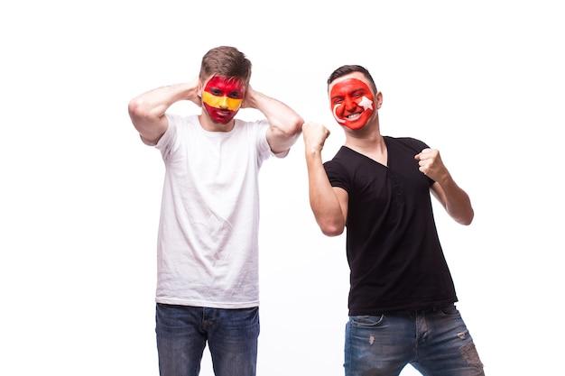 Giovane tifoso spagnolo e tunisino con il megafono isolato sulla parete bianca