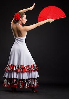 Молодая испанка танцует фламенко