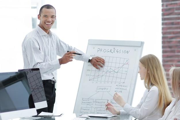会議で新しいアイデアを議論する若いスピーカー