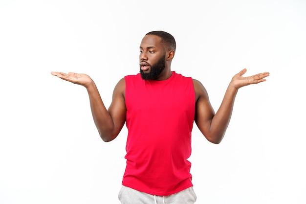 来るように誘うために手を横に伸ばしている若いスポーツアフリカ系アメリカ人の男