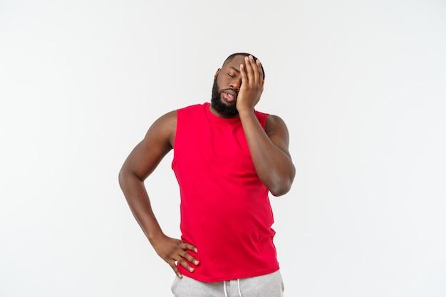 若いスポーツアフリカ系アメリカ人の男は不幸で、何か、ネガティブな表情に不満を感じています。