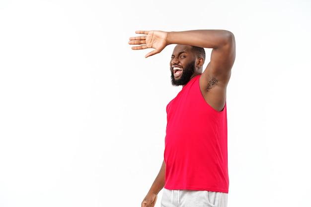 若いスポーツアフリカ系アメリカ人の男は不幸で何かに不満を持っています