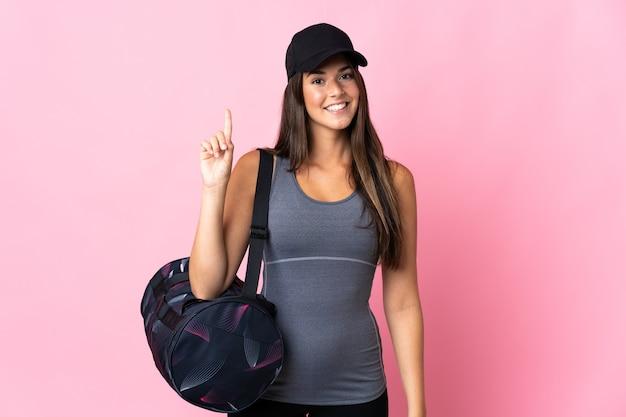分離されたスポーツバッグを持つ若いスポーツブラジルの女の子