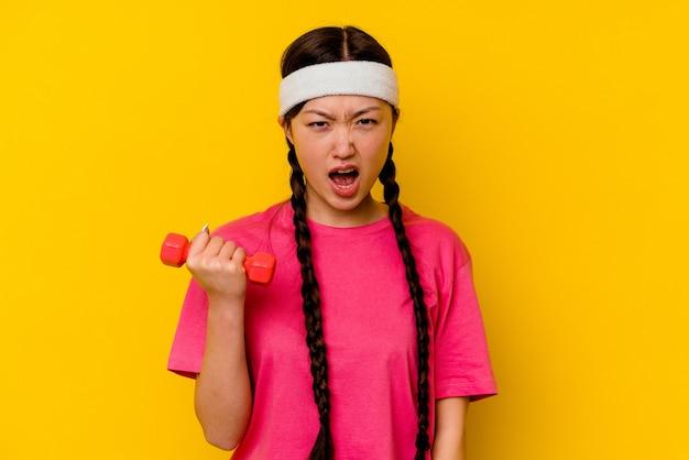 젊은 스포츠 중국 여자는 매우 화가 공격적 비명.