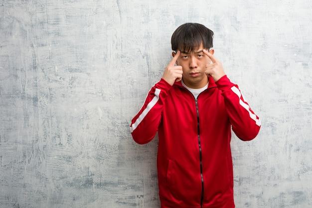집중 제스처를 하 고 젊은 스포츠 피트니스 중국어