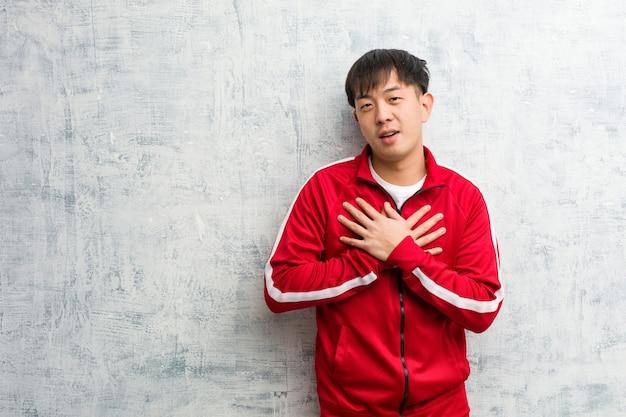 ロマンチックなジェスチャーをしている若いスポーツフィットネス中国人