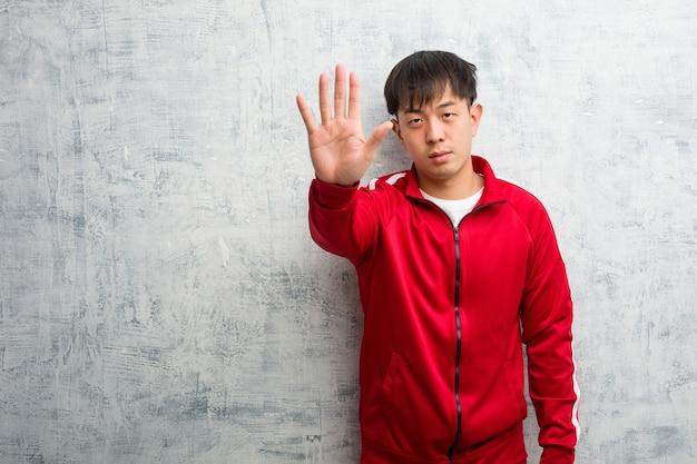 젊은 스포츠 피트니스 중국어 퍼팅 손을 앞에