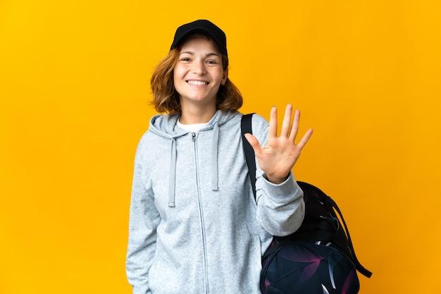 손가락으로 5 세 격리 된 배경 위에 스포츠 가방 젊은 스포츠 그루지야 여자