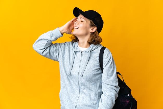 Молодая спортивная грузинка со спортивной сумкой на изолированном фоне что-то поняла и намеревается решить