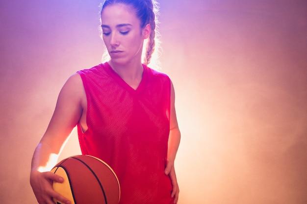 젊은 스포츠 히스패닉 여성 농구 실제 선수 공 및 스포츠 장비 여성 운동 선수 w...