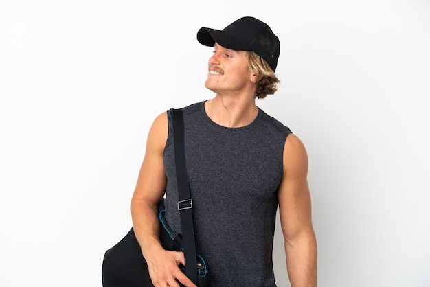 스포츠 가방 젊은 스포츠 남자 측면을 찾고 웃 고 흰색 배경에 고립