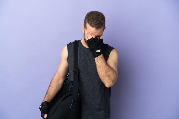 피곤하고 아픈 표정으로 고립 된 스포츠 가방을 가진 젊은 스포츠 남자